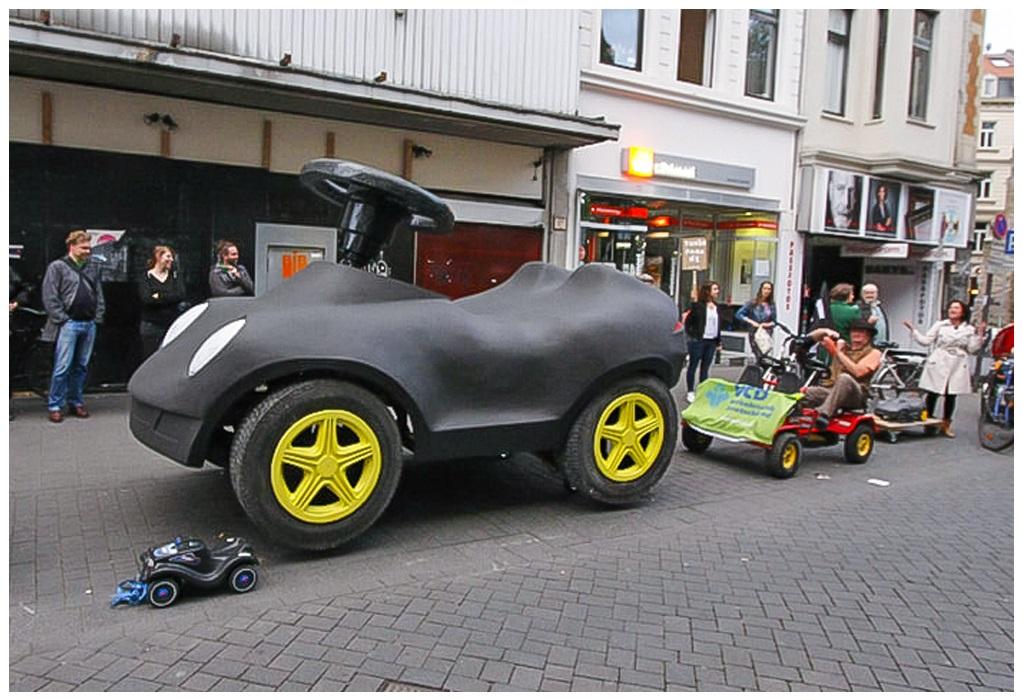 Wrangelkiez Demo Riesen-Auto